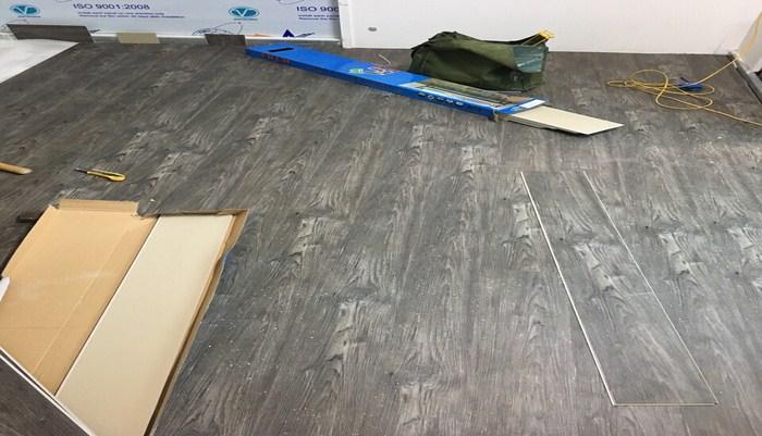 nên làm sàn nhựa hay sàn gỗ, đặc tính và cấu tạo sàn nhựa giả gỗ,