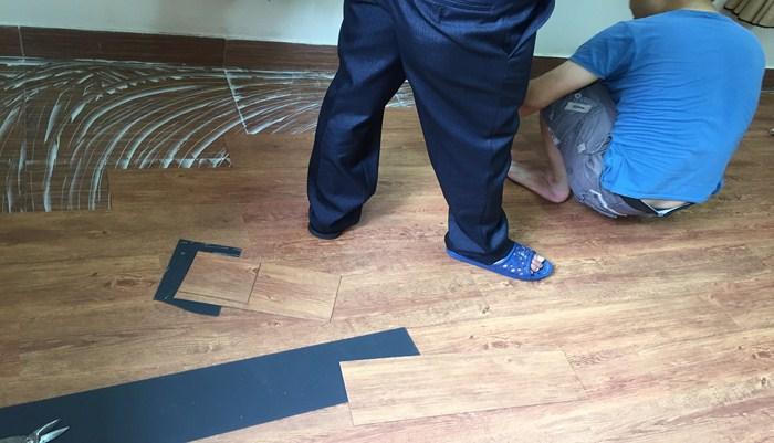 thi công sàn dán keo, báo giá sàn nhựa dán keo