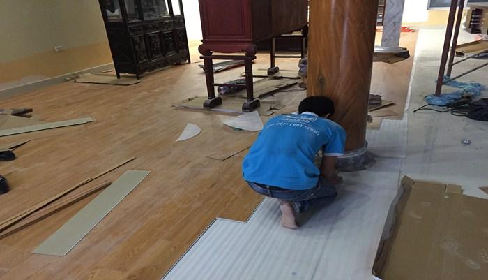 lát sàn nhựa vân gỗ có tốt không, báo giá sàn nhựa tự dán,