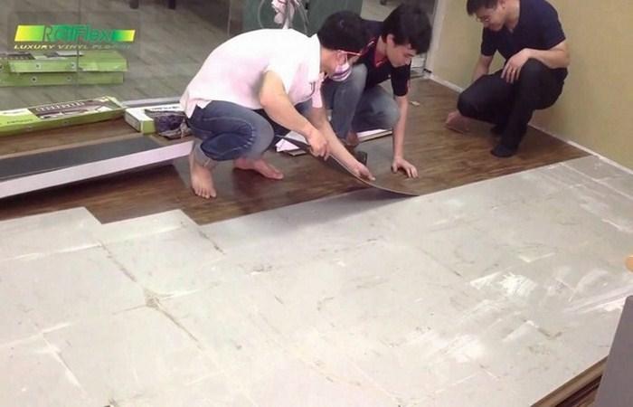 thi công ốp lát nền nhà bằng nhựa vân gỗ, lắp đặt sàn nhựa giả gỗ giá rẻ,