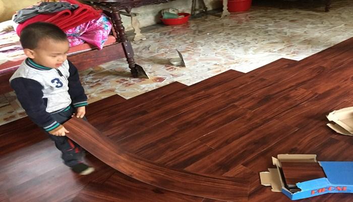 thi công sàn nhựa giả gỗ, ưu nhược điểm sàn nhựa hèm khóa