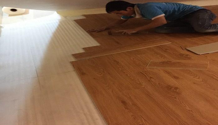 thợ thi công ván sàn nhựa giả gỗ, báo giá làm sàn nhựa vinyl, nhược điểm sàn nhựa dán keo,