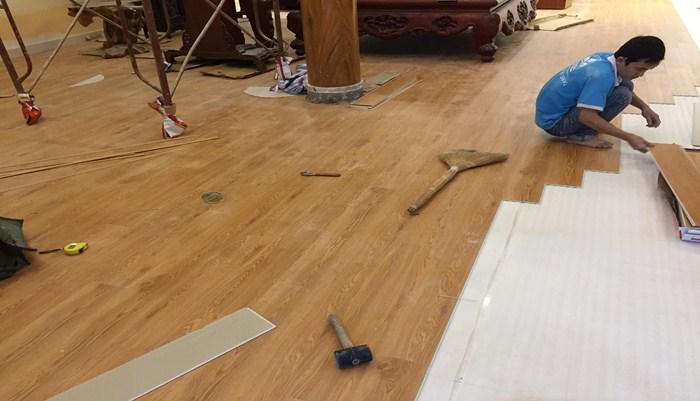 thi công sàn nhựa hèm khóa, cách lắp đặt sàn nhựa dán keo,