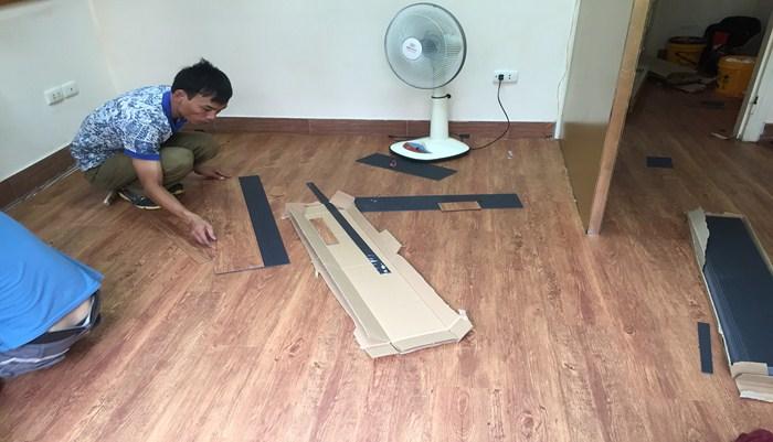 kho sàn nhựa giả gỗ, thợ thi công sàn nhựa, giá thi công sàn nhựa