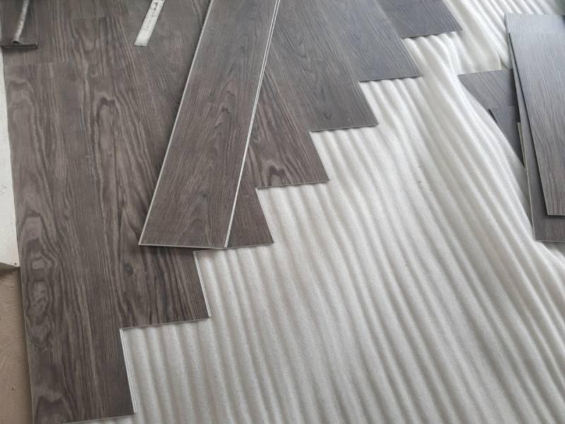 thi công sàn nhựa hèm khóa 4mm, ván sàn nhựa giả gỗ có hèm khóa,