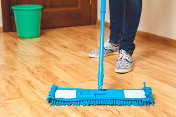 vệ sinh bảo quản sàn  nhựa giả gỗ, sàn nhựa có keo dán sẵn giá rẻ,